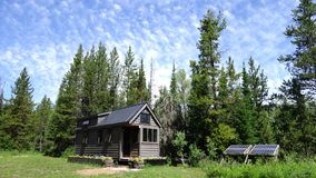 Av mycket litet hus för raster i bergen Royaltyfri Foto