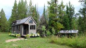 Av mycket litet hus för raster i bergen Arkivfoton