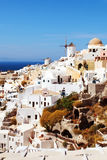 By av Oia med väderkvarnen greece santorini royaltyfria bilder