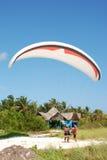 av paraglideren ta Arkivfoton