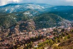 By av Pedoulas på snöig Troodos berg Nicosia område Arkivfoto