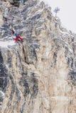 Av-piste skidåkare är praktiserande vaggar klättring royaltyfri fotografi