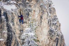 Av-piste skidåkare är praktiserande vaggar klättring royaltyfria foton