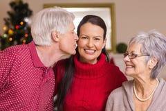 Avô que beija a mãe no Natal Fotos de Stock Royalty Free