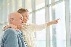 Avô que guarda sua neta e que comunica-se Fotografia de Stock