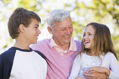 Avô que ri com netos Fotografia de Stock