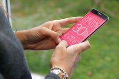 30% av rabatten som annonserar på skärmen av smartphonen arkivfoto