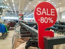 80 av rabatttecken på kläderen shoppar Fotografering för Bildbyråer