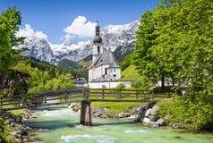 By av Ramsau i fjällängarna, Bayern, Tyskland Arkivfoto