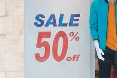 50% av Sale och rabatterade priset undertecknar på väggen i avdelning Royaltyfria Bilder
