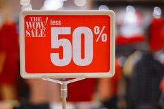 50% av Sale och rabatterat pristecken Arkivbilder