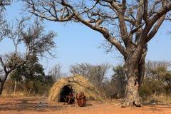 By av Sanen i Namibia royaltyfria bilder
