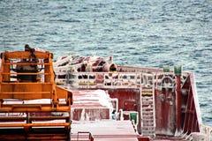 Is av skeppet och skeppstrukturerna, når att ha simmat i frostigt väder under en storm i Stilla havet arkivbild