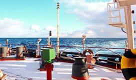 Is av skeppet och skeppstrukturerna, når att ha simmat i frostigt väder under en storm i Stilla havet royaltyfri bild