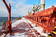 Is av skeppet och skeppstrukturerna, når att ha simmat i frostigt väder under en storm i Stilla havet arkivbilder