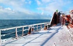 Is av skeppet och skeppstrukturerna, når att ha simmat i frostigt väder under en storm i Stilla havet royaltyfria bilder