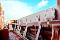 Is av skeppet och skeppstrukturerna, når att ha simmat i frostigt väder under en storm i Stilla havet arkivfoto