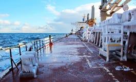 Is av skeppet och skeppstrukturerna, når att ha simmat i frostigt väder under en storm i Stilla havet fotografering för bildbyråer