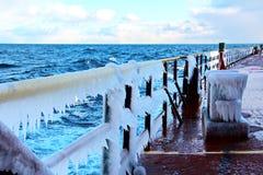 Is av skeppet och skeppstrukturerna, når att ha simmat i frostigt väder under en storm i Stilla havet royaltyfria foton