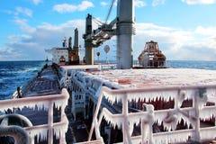 Is av skeppet och skeppstrukturerna, når att ha simmat i frostigt väder under en storm i Stilla havet royaltyfri foto