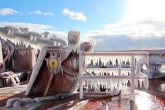 Is av skeppet och skeppstrukturerna, når att ha simmat i frostigt väder under en storm i Stilla havet royaltyfri fotografi