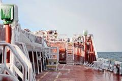 Is av skeppet och skeppstrukturerna, når att ha simmat i frostigt väder under en storm i Stilla havet arkivfoton