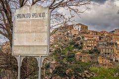By av Speloncato i Korsika Royaltyfri Fotografi