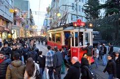 Av ställena besökte mest vid turister, den Istiklal gatan, cloen royaltyfria foton