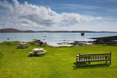 Ö av stranden och sikten Iona Scotland UK för skotsk ö den härliga som ska funderas med färjan Arkivbilder
