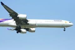 A340-600 av Thaiairway Fotografering för Bildbyråer