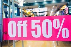 Av 50% - underteckna på shoppadörren Royaltyfri Fotografi