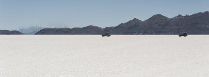 Av-väg bilar i Salar de Uyuni är störst saltar framlänges i världsUNESCOvärldsarvet - Altiplano, Bolivia Royaltyfri Foto