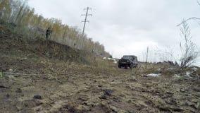 Av-väg bilkörning på en grusväg arkivfilmer