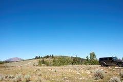 Av-väg expedition i ett medel 4WD Arkivbild