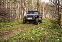 Av-väg extrem expedition på svart jeepwrangler arkivfoto