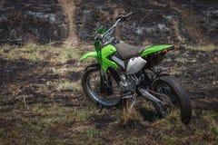 Av-väg motorcykel som parkeras i fält Royaltyfria Bilder