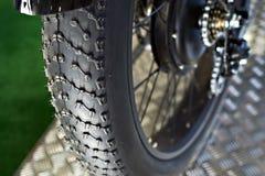 Av-väg stora feta gummihjul på bergcykeln Arkivfoto