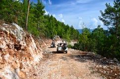 Av-vägar bil i bergen Royaltyfria Bilder