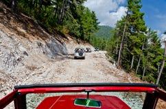 Av-vägar reser i bergen - jeepsafari Arkivfoton