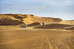 Av vägbilar i Wahiba Arkivfoto