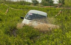 Av-vägen medelmärket NIVA- Chevrolet övervinner en grop av gyttja Fotografering för Bildbyråer