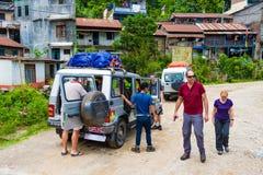 Av vägmedel med turister i Annapurna naturvårdsområde Nepal royaltyfri fotografi