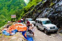 Av vägmedel med turister i Annapurna naturvårdsområde Nepal royaltyfria bilder