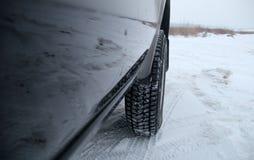 Av vägmedlet som är klart att övervintra drev på den snöig landsvägen Arkivfoton