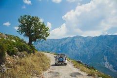 Av vägtur till bergen i Albanien barn för kvinna för strandformentera ö royaltyfri bild