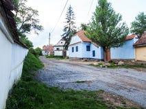 By av Viscri, Transylvania, Rumänien royaltyfri fotografi