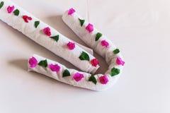 Av vita handdukar vridna pilar med blommor Royaltyfri Bild