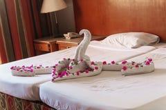 Av vita handdukar vridna svanar och hjärtor Arkivbild