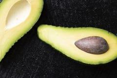Avacado e seme sulla tavola di legno nera, sulla vista superiore e sullo spazio della copia fotografie stock libere da diritti