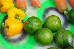 Avacado en gele peper in de markt Royalty-vrije Stock Foto's